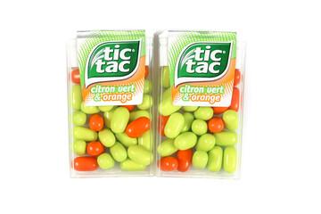 boite de bonbons Tic Tac sur un fond blanc