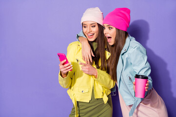 Fototapete - Portrait of nice attractive pretty cheerful amazed girls using device 5g app drinking latte having fun friends friendship isolated on bright vivid shine vibrant violet lilac purple color background