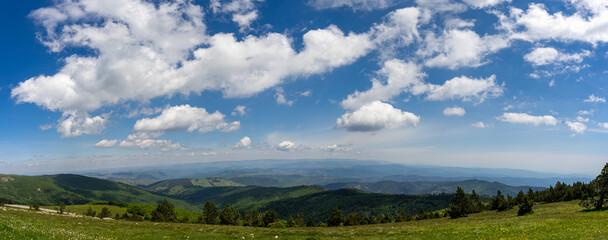 Panorama pris d'un sommet de montagne des nuages dans le ciel