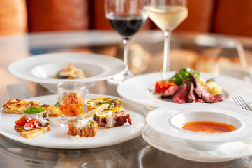 Fototapeta レストランのテーブルに並んだ料理とワイン イタリアン obraz