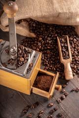 alte Kaffeemühle nit Bohnen