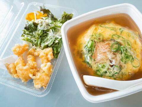 中華料理店でテイクアウトした天津飯と小エビの天ぷら