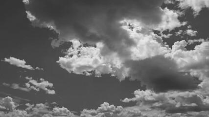 Papier Peint - dark voluminous summer clouds fast movement . time lapse