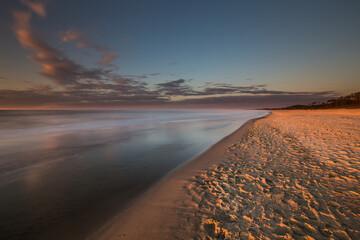 Piękny wschód słońca na plaży w Jastrzębiej Górze. Wspaniałe miejsce do turystyki i...