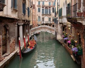 Türaufkleber Gondeln A gondola moored on the rio dei Bareteri canal seen from Ponte dei Bareteri, Venice, Itally