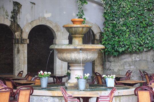 fontaine fleurie à Seillans