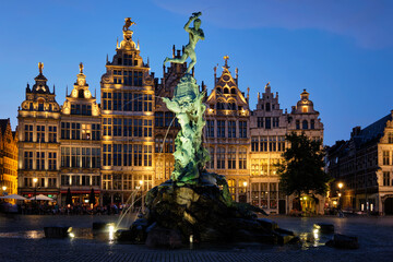 Photo sur Plexiglas Antwerp Antwerp famous Brabo statue and fountain on Grote Markt square illuminated at night and old houses. Antwerp, Belgium