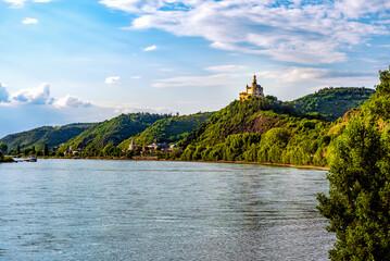 Kleinod am großen Strom: die Marksburg am Rhein in der Abendsonne