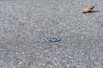 Grafenau, Bayern, Deutschland, März 15, 2020, VW Logo liegt  am Boden am Straßenrand
