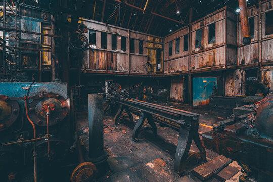 Vieille usine avec des machines rouillées