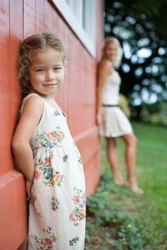 壁によりかかる母と幼い娘