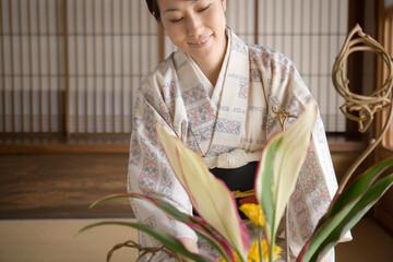 生け花をする和服姿の女性