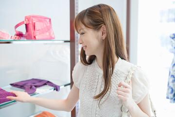 ブティックで買い物をする20代の女性