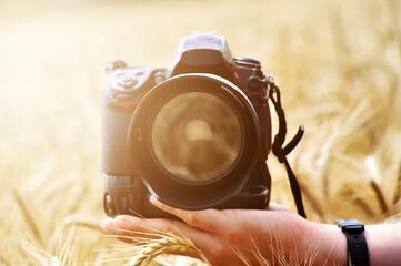 una cámara de fotos en el campo