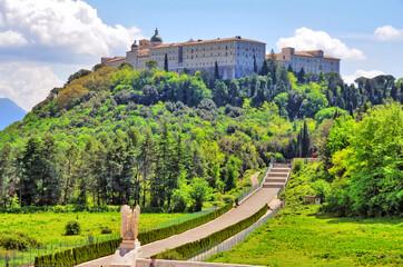 Monte Cassino (wł. Montecassino) – wzgórze we Włoszech na którego szczycie wznosi się opactwo benedyktyńskie .