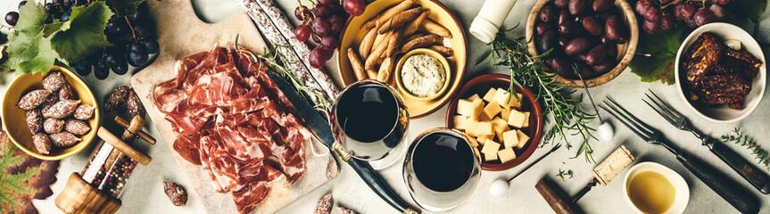 Foto auf Leinwand Alkohol Wine and tapas, top view