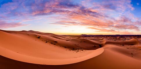 Fototapeten Ziegel Dramtic and colorful sunrise at the Sahara desert: Earth's Largest Hot Desert