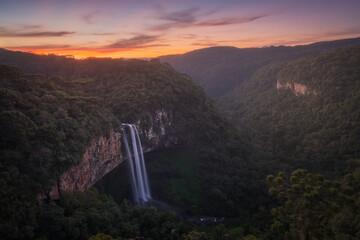 Bonito pôr-do-sol na Cachoeira do Caracol, Gramado, Rio Grande do Sul, Brasil.