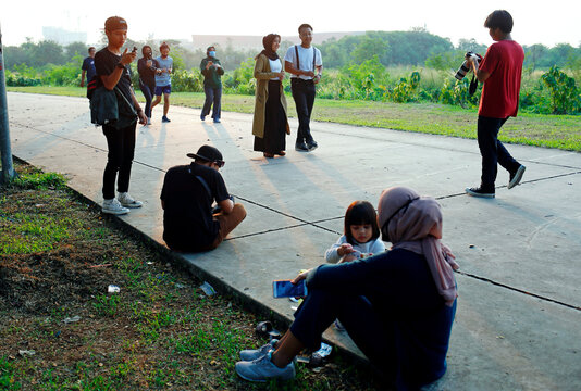 A couple have their wedding photo session in Tangerang