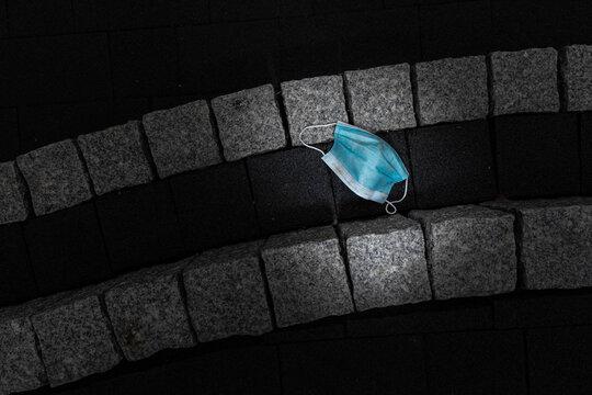 Corona is over! Really...? Benutzte Atemschutzmasken achtlos weggeworfen liegen auf der Straße