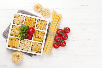 Photo sur Toile Inde Various pasta in wooden box