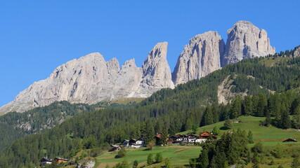 Fassatal mit Dolomitenblick und blauem Himmel Wall mural