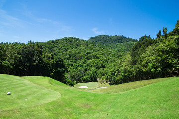 Papiers peints Jardin View of golf course in the mountains behind the sky
