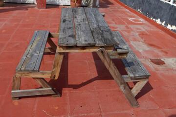 Obraz Samodzielnie zbudowane ławki i stół z drewna - fototapety do salonu