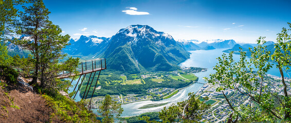 Rampestreken in Romsdalen, Norway. A famous tourist attraction in Åndalsnes Fotobehang