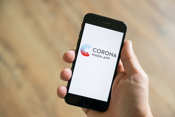 Logo der Corona-Warn-App auf einem Smartphone am 16. Juni 2020, Deutschland