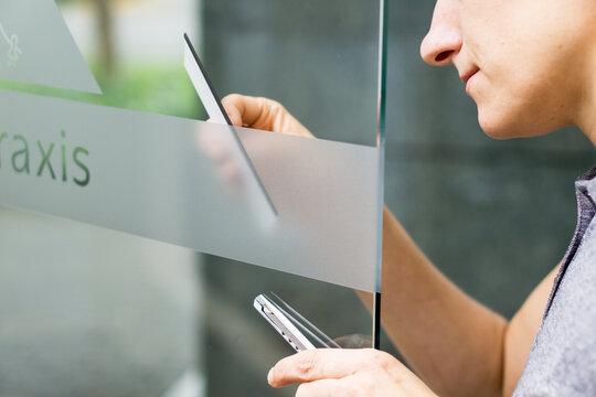 Anrakeln von Milchglasfolie bei Folierung einer Glastüre