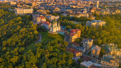 Papiers peints Europe de l Est Andriyivskyy Descent and St Andrew's Churchin Kyiv ( Kiev ) city the capital of Ukraine in eastern europe. Beautiful sunset light on historical hills. Top aerial drone panoramic view from above.