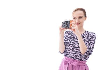 カメラを使う若い女性