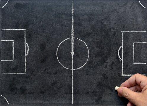campo de fútbol hecho en una pizarra para estrategia