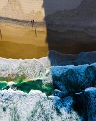 夕方のオーストラリアのゴールドコーストのビーチをドローンで空撮した俯瞰の写真