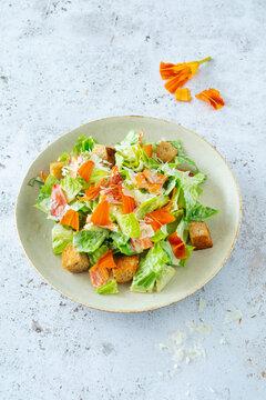 Ceasar´s Salad mit Lilienblüten, Vollkorn-Coûtons und Parmesan