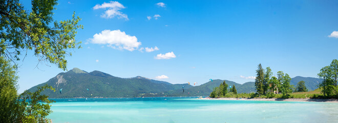 Karibik Feeling auf der Halbinsel Zwergern am Walchensee, türkisblaues Wasser und Wassersportler