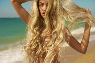 Photo sur Toile womenART Beautiful blonde woman on the beach