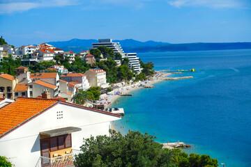 Podgora Chorwacja widok na panoramę miasta, promenadę, plażę, morze Adriatyckie, w tle góry...