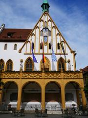 Amberg historisches gotisches Rathaus Bayern Stadt Fahnen Banner Flaggen Fahne Oberpfalz Ostbayern historische Gotik Altstadt  historisch Pfälzer Löwe Wappen Wappentier Marktplatz Deutschland Europa