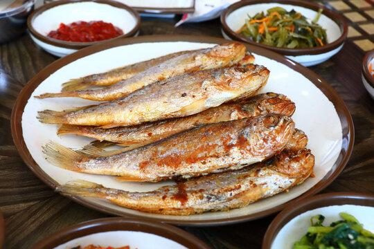 한국의 맛있는 굴비 반찬이다.