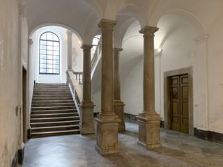 Fototapeta atrio con colonne e scalone interno a residenza storica