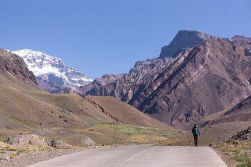 Jeune femme qui randonne sur le mont Aconcagua en Argentine