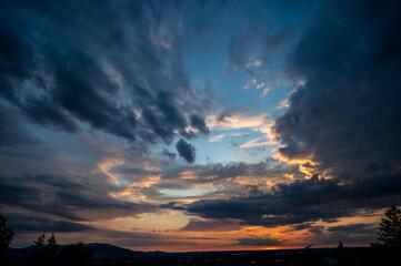 Dramatische Wolkenstimmung zum Sonnenuntergang in Salzburg