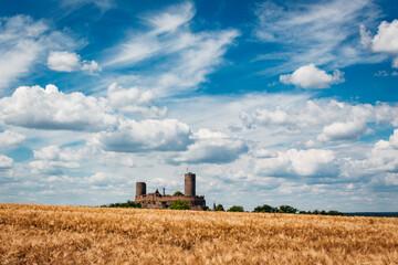 Burg Münzenberg mit blauem Himmel