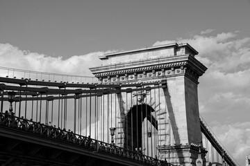 Fototapeta Czarno-biały widok z bliska na antyczny most łańcuchowy w Budapeszcie z rzeki Dunaj obraz
