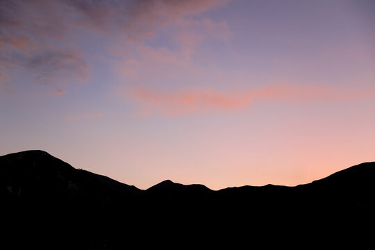 Couché de soleil rose sur les Montagnes et crêtes du Sancy en Auvergne. Graphique background. Paysage du Massif du Sancy dans la chaîne des puys en France. Patrimoine mondial en Europe.