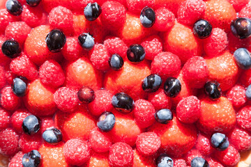 Obstkuchen mit Erdbeeren, Himbeeren und Blaubeeren