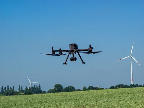 Drohnen vor Windkrafträdern - Landschaft