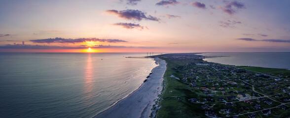 Luftaufnahme der Nordseeküste bei Hvide Sande bei Sonnenuntergang